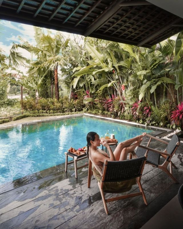 A fresh Tuesday morning by @shandyaulia while staying at KClub Ubud after take her early morning dip. Get yourself into these relaxing vibes by planning your getaway right now! Our June special offer is still ON! 🔥 #kclububud . For the best guarantee rate, please book by clicking the link in our bio.